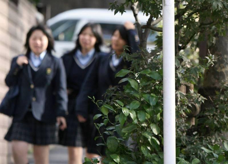 日本大阪一名女性不滿高中時被強迫染黑髮,造成她身心痛苦,對大阪府提告。圖為日本高校女學生示意圖,非新聞當事人。(路透)