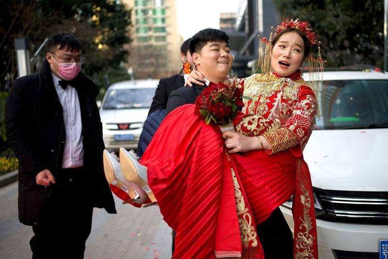 中國一些地區的「兩頭婚」現象近來廣受關注。圖為中國新婚夫婦示意圖,非新聞當事人。(法新社)