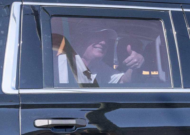 川普在车内向支持者竖起大拇指。(美联社)(photo:LTN)