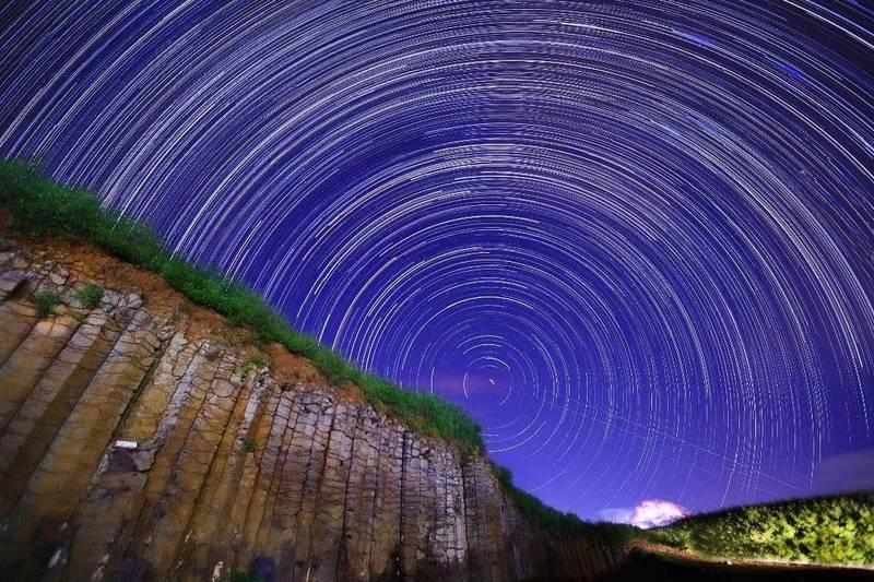 西嶼大菓葉玄武岩柱,夜間星空美景。(圖由澎管處提供)
