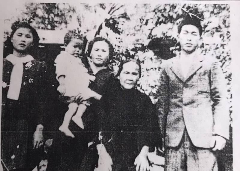 徐天義(右一)受難時年僅22歲,生前與徐母(右二)、徐天義大嫂(左二)、妹妹(左一)的合影。(徐天義家屬提供)