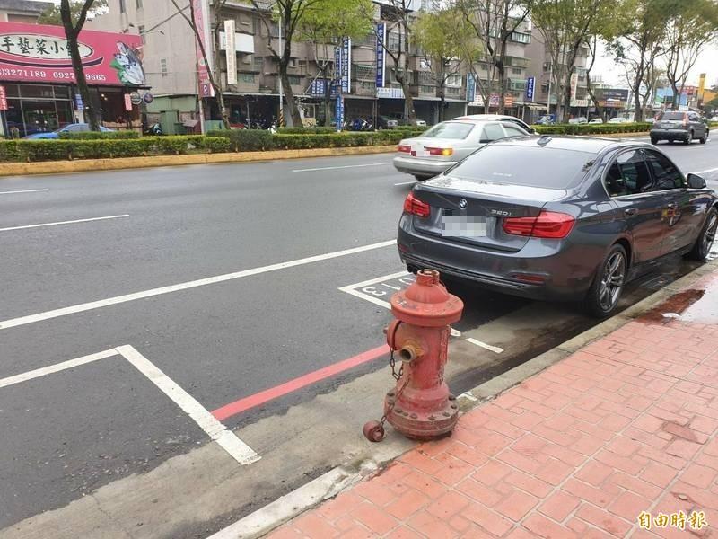 桃園市政府交通局將塗銷消防栓兩側的汽車停車格。(記者周敏鴻攝)