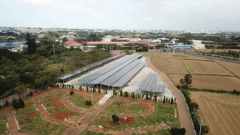 新屋第8示範公墓,綠能停車棚可提供24部機車、120輛汽車停車位。(經濟發展局提供)