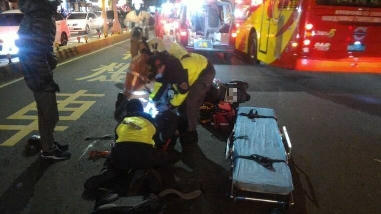 酒駕肇事現場多名機車騎士被撞倒地。(翻攝資料照)