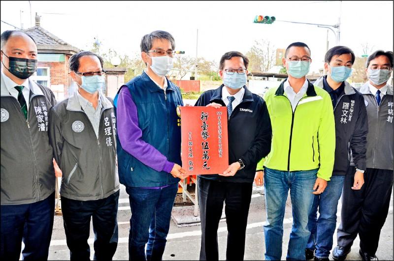 桃園市長鄭文燦(中)頒贈加菜金給環境清潔稽查大隊八德區中隊。(記者周敏鴻攝)