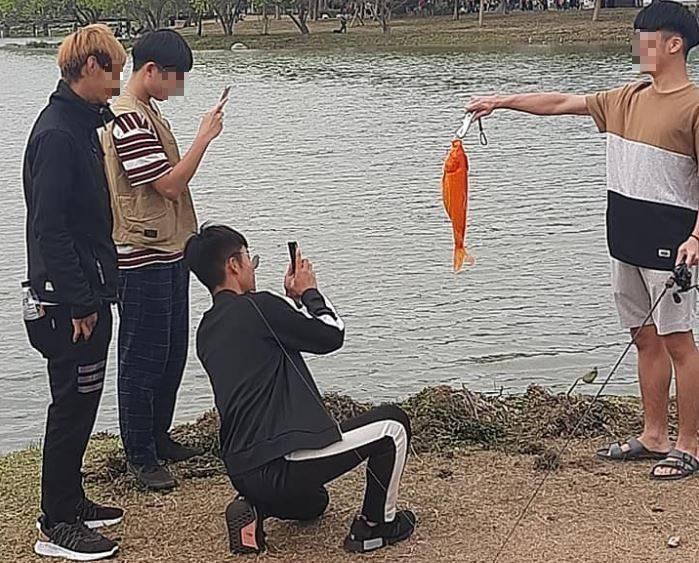 有4名男子在衛武營都會公園中的生態池公然垂釣。(圖取自臉書社團「爆廢1公社」)