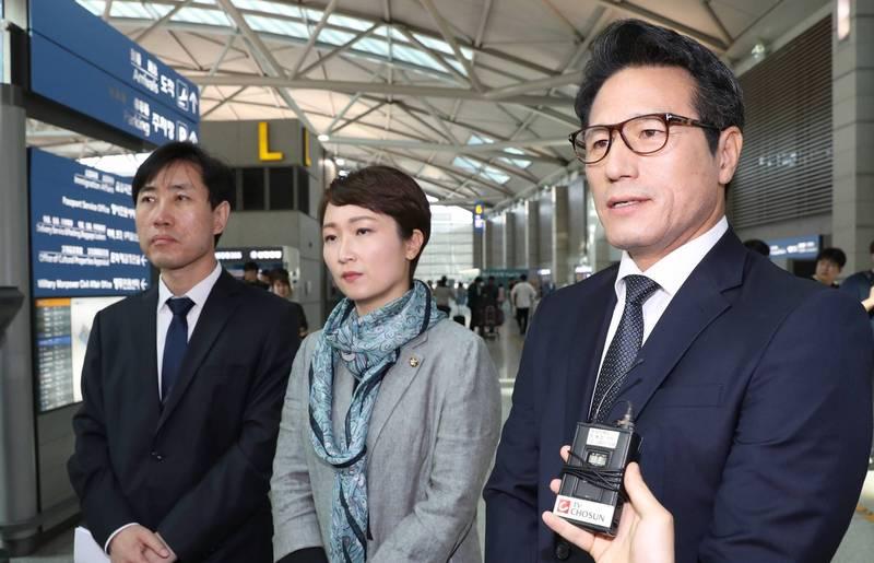 南韓國會議員,同時也是國會情報小組成員的河泰慶(圖左1)在聽取完南韓國情院(NIS)的簡報後,表示輝瑞公司曾多次遭到疑似北韓的駭客攻擊。(歐新社)