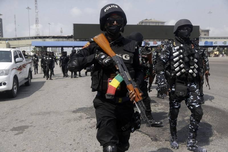 外传有持枪歹徒在奈及利亚中部绑架数百名住校的学生与教师。图为全副武装的奈及利亚警察13日穿越第一大城拉哥斯街头。(美联社资料照)(photo:LTN)