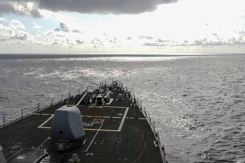 美軍伯克級神盾驅逐艦羅素號17日航行南海。(圖取自美軍第7艦隊)
