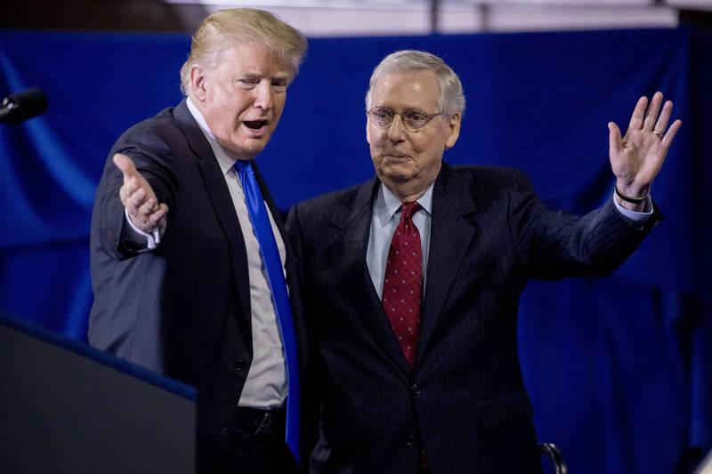 美國前總統川普(左)16日發表聲明,呼籲共和黨員換掉參院領袖麥康奈(右)。(美聯社資料照)
