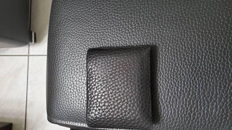 網友錢包跟沙發的顏色、花紋都太過相像,讓他找不到的錢包。(圖取自臉書社團「爆怨公社」)