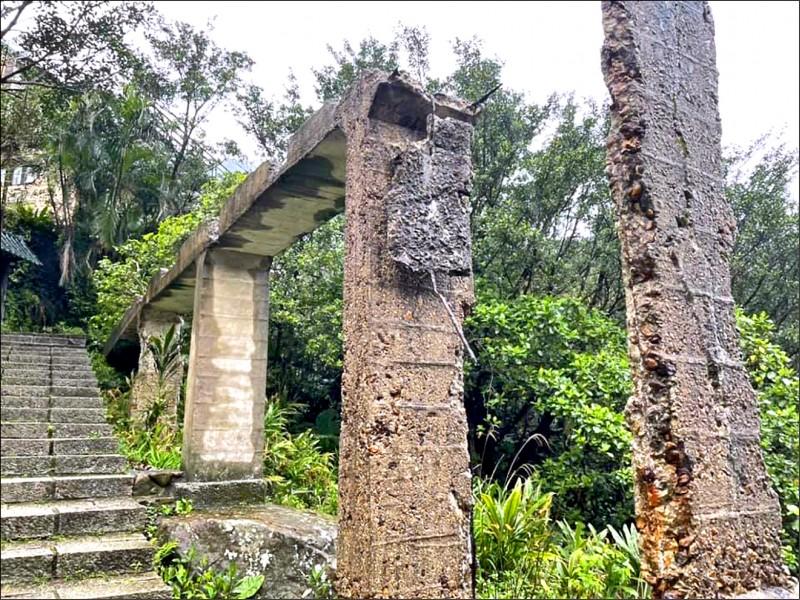 遊客攀爬不慎摔落,造成市定古蹟橋面斷裂。(石山里長吳乾正提供)