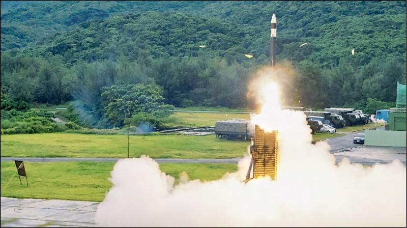 總統蔡英文要求加速天弓三型、雄風三型飛彈量產進度,未來將與美製愛國者三型飛彈、魚叉飛彈等構成海空重要防衛戰力。圖為天弓三型飛彈。(國防部發言人臉書)