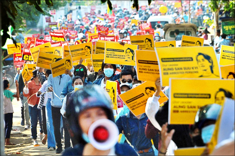 Demonstrators in Naypyidaw marched with placards supporting Aung San Suu Kyi.  (AFP)