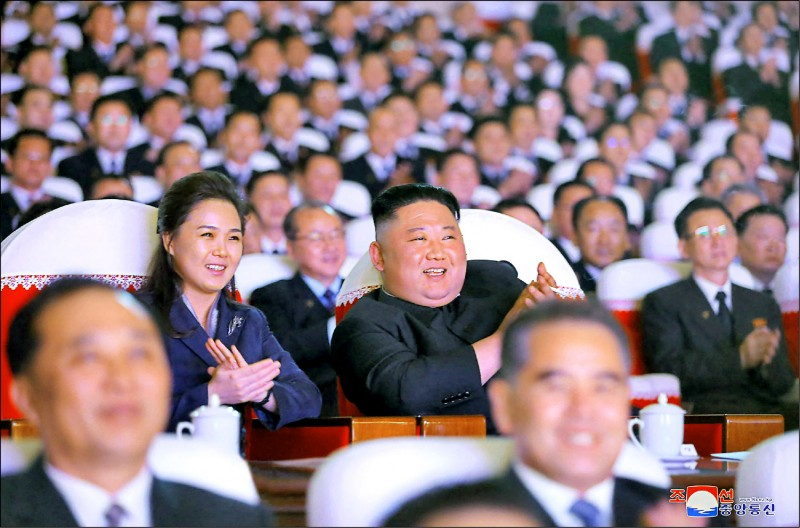 North Korea's supreme leader Kim Jong-un and his wife, Li Xuezhu, appeared at the Mansudae Art Theater in Pyongyang, the capital, on the 16th to enjoy a performance commemorating the seventy-ninth birthday of his father, Kim Jong-il.  (AFP)