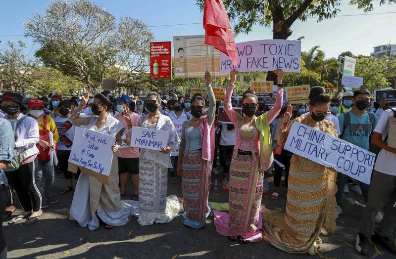 On the 11th, Burmese people protested in front of the Chinese Embassy in Yangon against Beijing's support for the Burmese military to launch a coup.  (Associated Press)