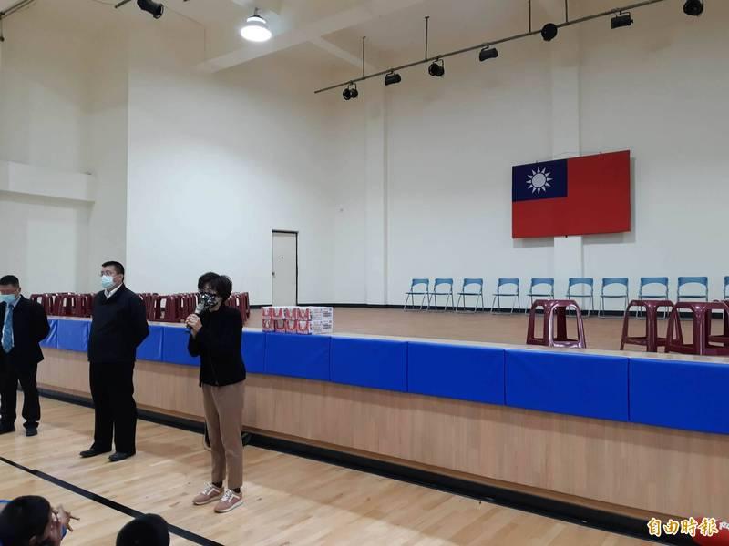 台東縣長饒慶鈴今天在豐田國中體育館向學生透露,她身後的這座舞台由張惠妹捐50萬元,將打造「阿妹舞台」。(記者黃明堂攝)