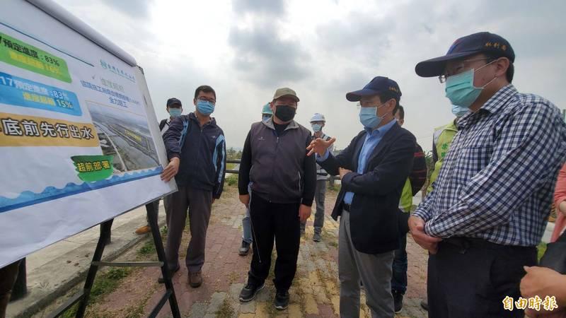 高雄市副市長林欽榮視察大泉伏流水工程,面對整體水情嚴峻,他說將審慎應戰。(記者陳文嬋攝)