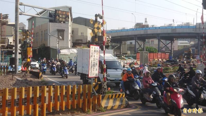 因應南鐵地下化施工,車流頻繁的實踐街平交道2月22日起封閉禁止通行。(記者洪瑞琴攝)