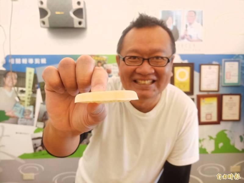 台江科技魚人顏榮宏耗時4年多研發出固態常溫保存的凍乾滴魚精,外觀僅6*4公分,厚度則不到1公分。(記者王姝琇攝)