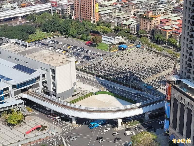 位於新北市新板特區的特專三用地原規劃興建大型劇院,計畫一再生變,目前1萬坪土地只能做停車場使用。(記者賴筱桐攝)