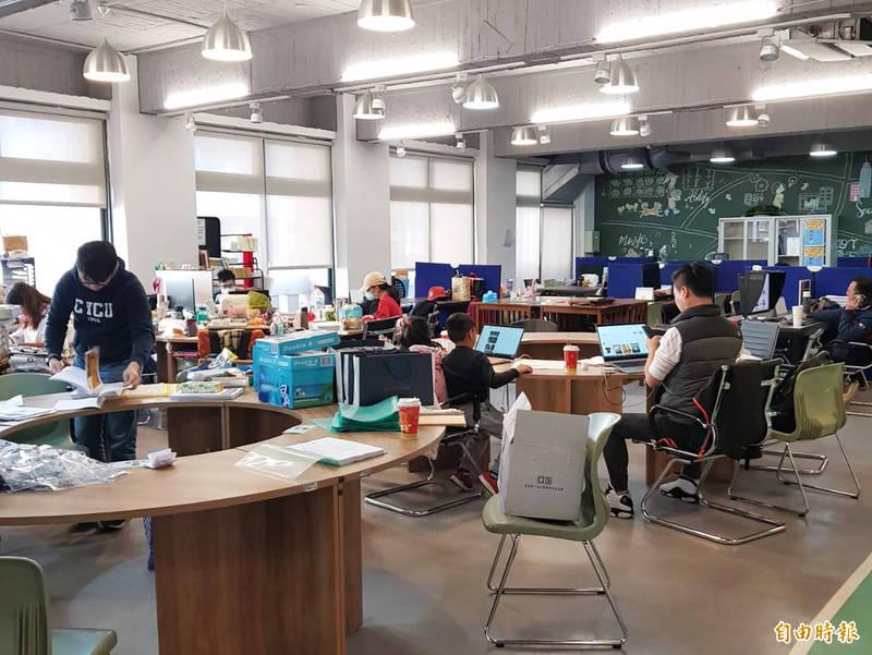 桃市設於青年局的青創指揮部,主要輔導IoT產業、電子商務與文化科技共同加速。(記者李容萍攝)