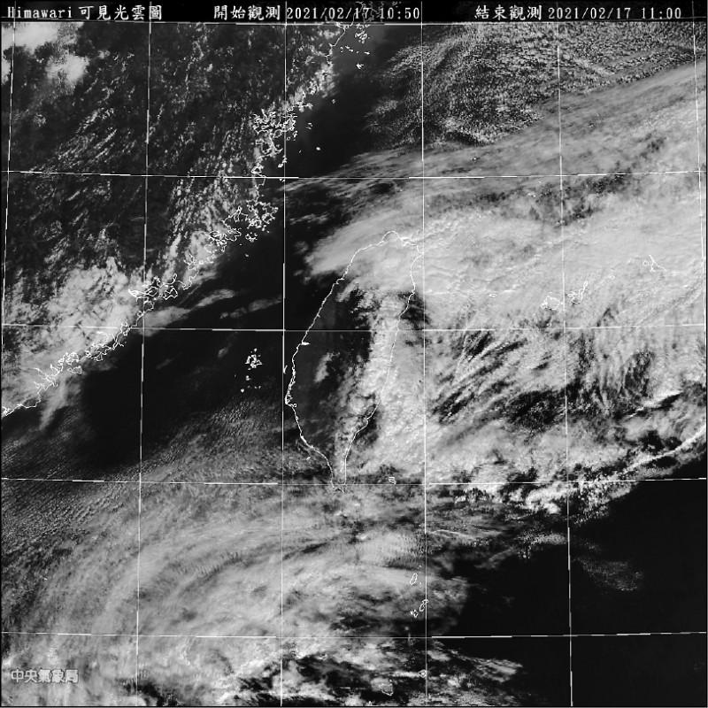 菲律賓東方海面的熱帶性低氣壓昨生成,今天有機會增強為今年第一號颱風「杜鵑」,直撲台灣機率低。(記者蕭玗欣翻攝)