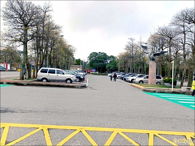 台中市鐵砧山遊客中心前停車場春節與假日一位難求。(記者張軒哲攝)
