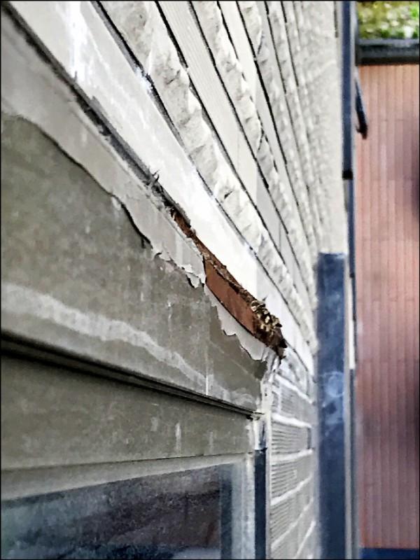 台北市議員陳怡君昨天實勘大龍新城,列出窗框變形等問題。(台北市議員陳怡君提供)