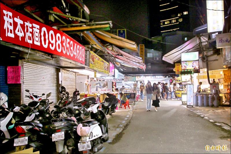 士林夜市近年來生意慘淡,許多店面閒置招租,人潮大不如以往。(記者鄭名翔攝)
