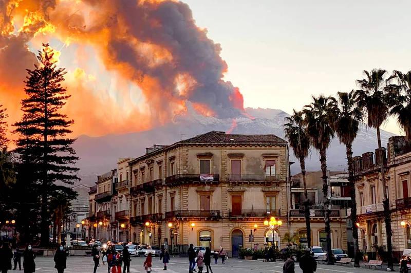 義大利西西里島最大活火山埃特納火山16日爆發。(美聯社)