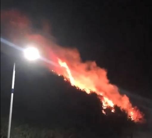 基隆市外木山昨天深夜火燒山。(擷取自基隆市議員張秉鈞臉書)