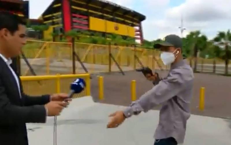 厄瓜多《DIRECTV》體育記者奧迪諾拉(左)在連線報導時被歹徒(右)搶劫。(Diego Ordinola Twitter)