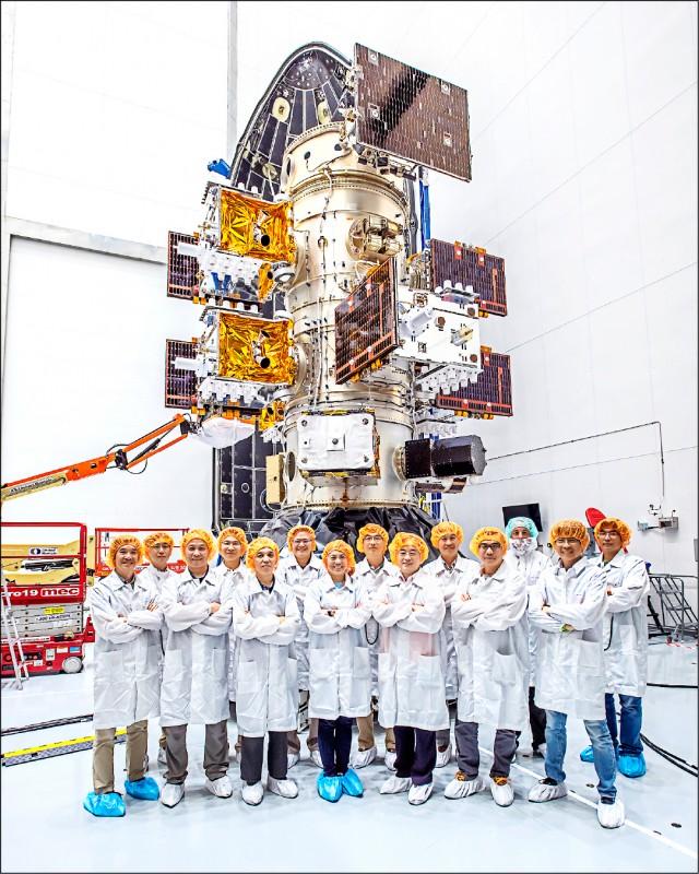 行政院院會昨拍板「太空發展法草案」,宣示台灣邁入太空發展新紀元的企圖心。圖為福衛七號與發射團隊。(國研院提供)