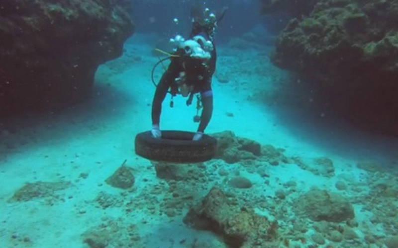 潛水員擔任潛海戰將,清除海底垃圾。(台東縣府提供)