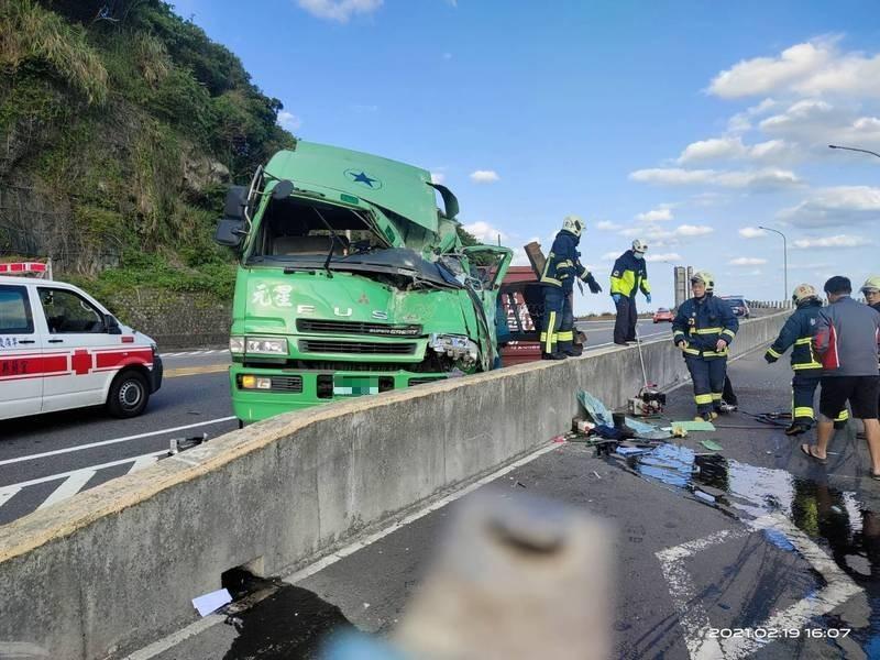 貨櫃車今天下午在台2線撞上分隔島,駕駛受困變形車頭內,被救出時已無意識,送醫不幸不治。(記者林嘉東翻攝)
