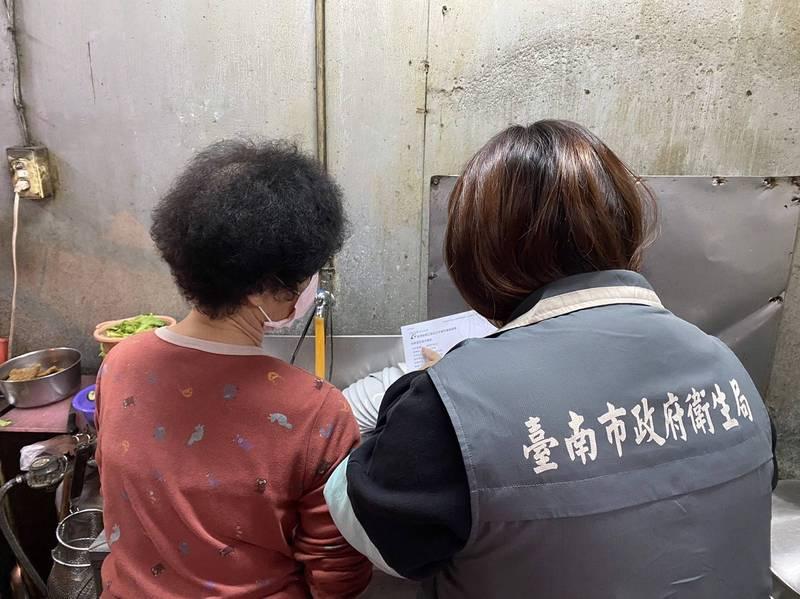 網友貼文分享驚見台南某70年老店業者使用回鍋食材,衛生局今天晚上前往稽查。(南市衛生局提供)