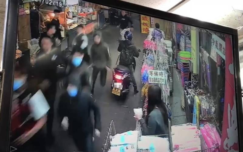 東門夜市發生追逐砍人事件。(記者林敬倫翻攝)