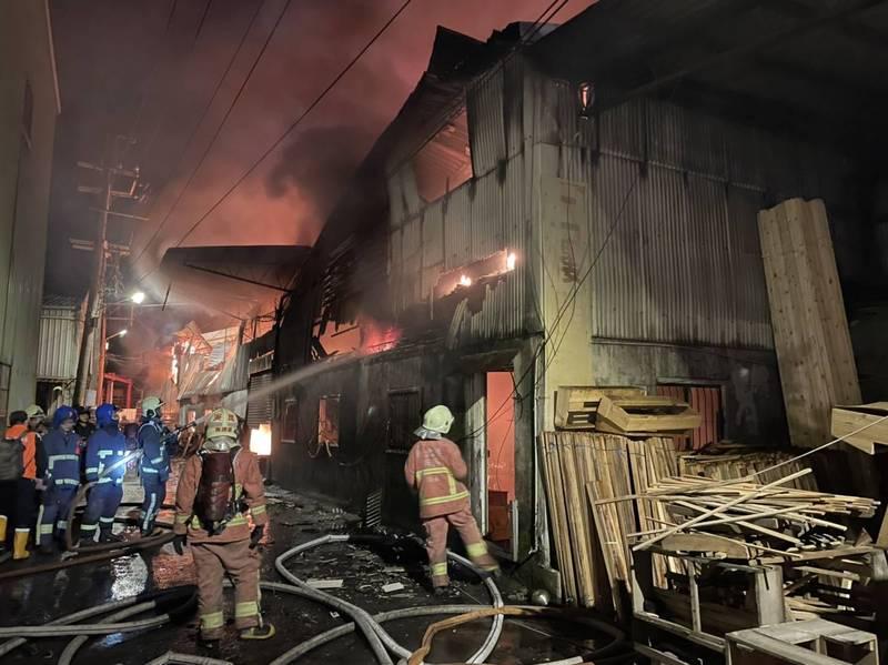 新北市樹林區東豐街一處家具工廠間發生大火,消防人員到場灌救。(消防局提供)