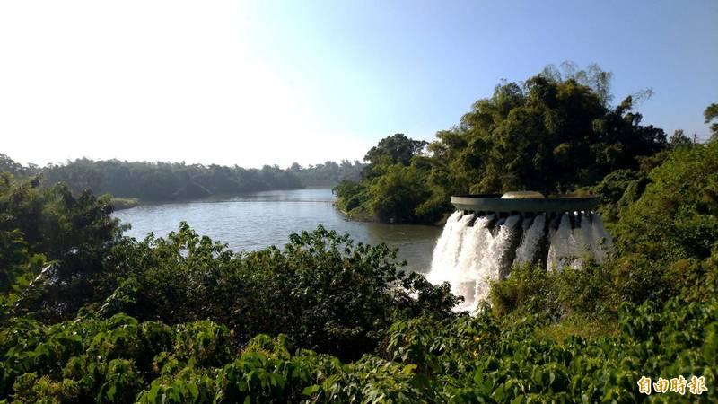高雄水情嚴峻,中央與地方攜手合作,提高鳳山水庫蓄水量,水位高度升至46公尺,增加高雄用水儲量。 (記者陳文嬋攝)