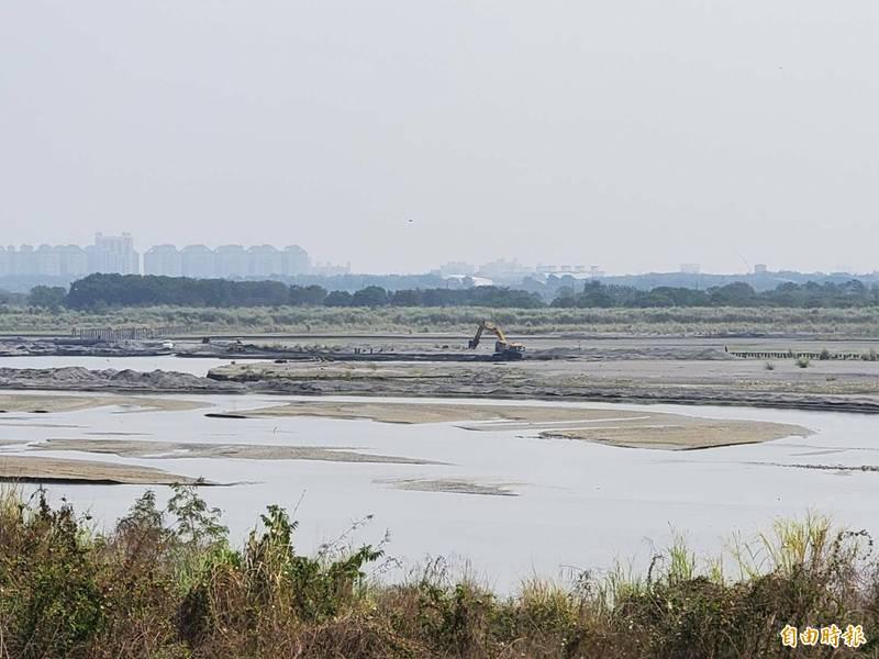 高屏溪流量創下22年歷史新低。(記者陳文嬋攝)