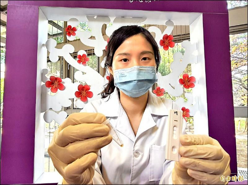 清華大學與醫院和業界合作推出抗體的快篩試片,只要15分鐘就知道有無保護力。(記者洪美秀攝)