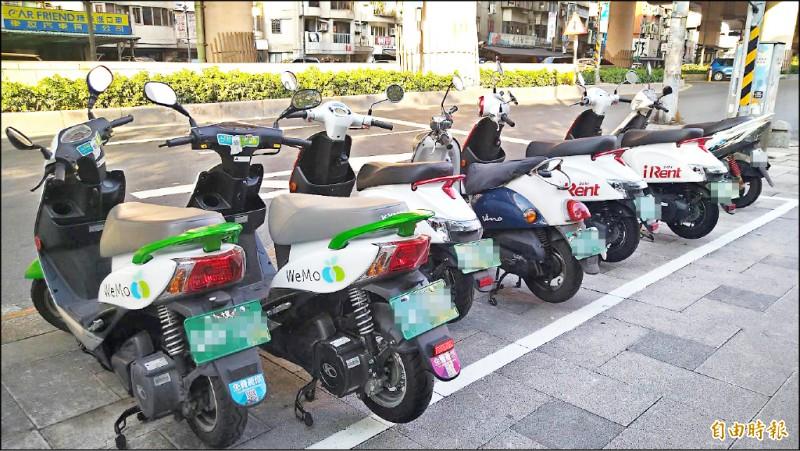台北市政府支持共享車政策,但不合規定佔車位問題,議員要求加強管理。(記者蔡亞樺攝)
