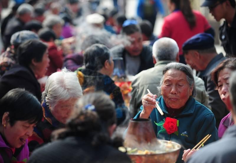 有報導指出,中國出生人數下降,加上期望壽命增加,導致養老金體系處在爆炸邊緣,因此中共已經著手準備改革。(路透)
