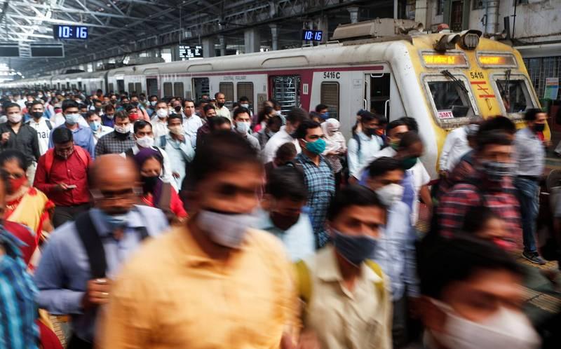 印度武漢肺炎疫情出現反彈情況,當局今天通報單日新增感染數1萬3193人,近日來新增總數又以孟買所在地馬哈拉施特拉邦與喀拉拉邦最多,圖為孟買火車站。(路透)