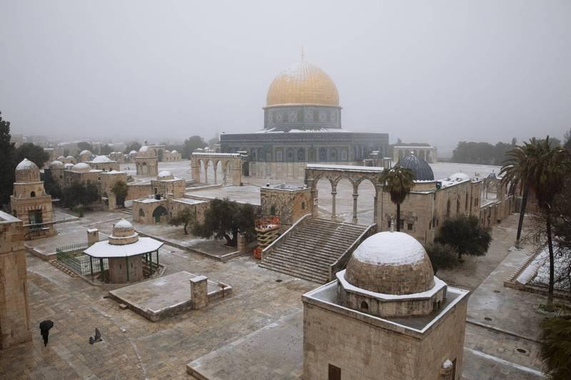 極地渦旋減弱而搖擺的氣候現象,使得黃沙滾滾的中東如今披上一層銀裳。圖為雪中的耶路撒冷。(美聯社)
