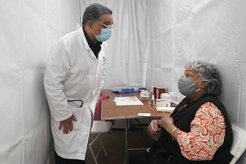 美國佛羅里達州發現2名中年婦女假扮成高齡老人,蒙騙疫苗接種人員幫她們接種。示意圖。(美聯社)