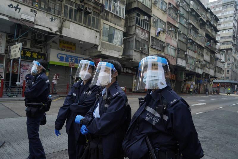 香港政府將自本月26日起為5族群免費施打中國科興生物(Sinovac Biotech)所研製的武肺疫苗,其中包含港紀律部隊。圖為港警執勤情況,示意圖。(美聯社)