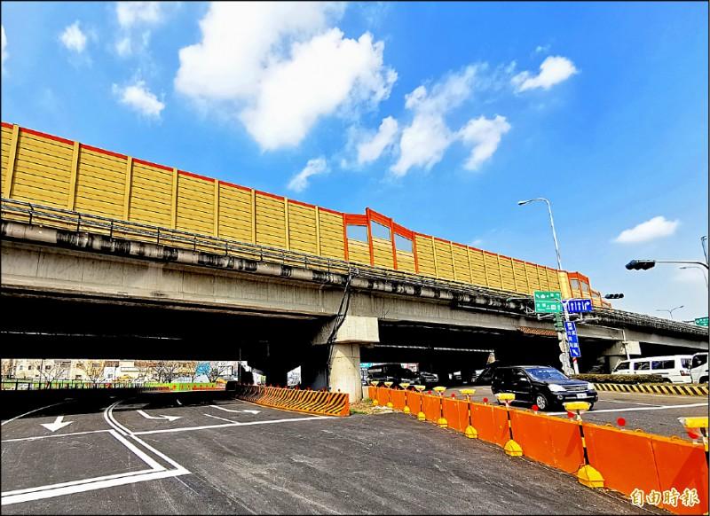 仁德萬代橋的重建工程啟動,鋼便橋已完成搭設,路面相當平整,3月2日起進行改道。(記者吳俊鋒攝)
