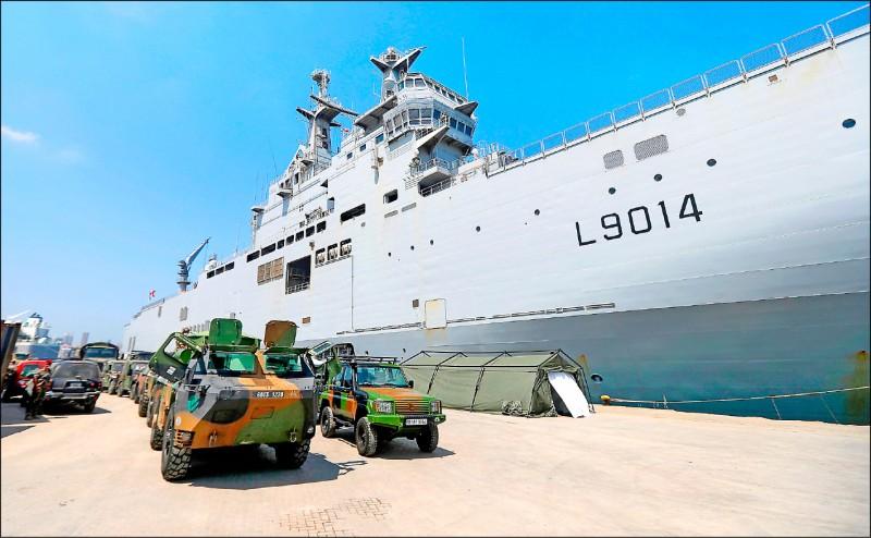 法國西北風級兩棲攻擊艦「雷電號」去年八月停泊在黎巴嫩首都貝魯特港。(法新社檔案照)